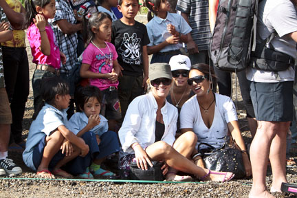 Mary Osborne and Jeanette Ortiz of Team Betty with the kids from East Bali Poverty Project.  Copyright David Pu'u